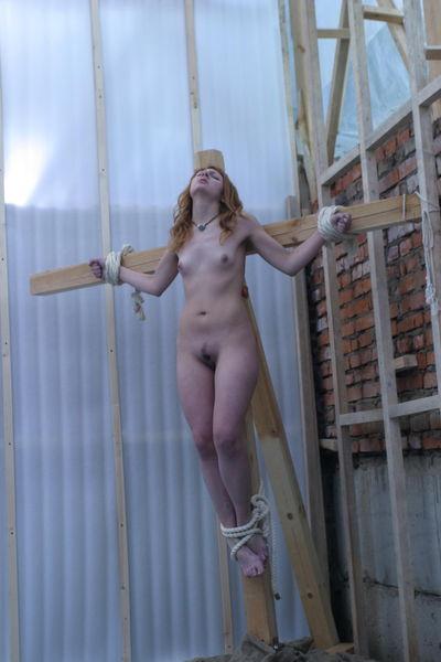 издеваются над голыми распятыми женщинами